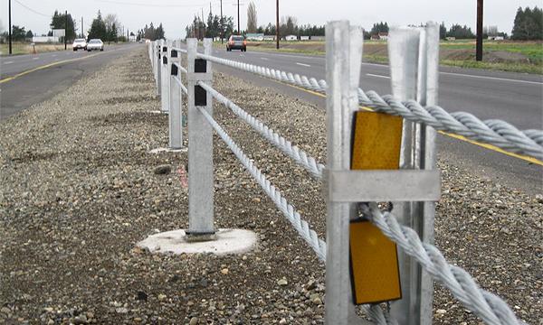 Для защиты водителей натянут стальные тросы