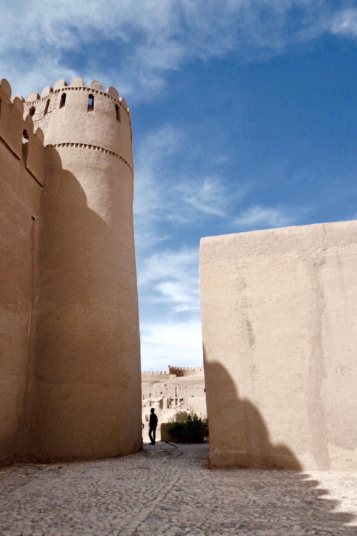 Руины крепости в Раене, основанной около 1500 лет назад, смотрятся причудливо на фоне реконструированных глинобитных стен