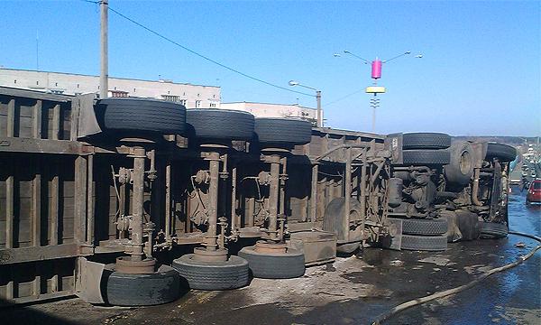 Грузовик упал с ТТК на железнодорожные пути