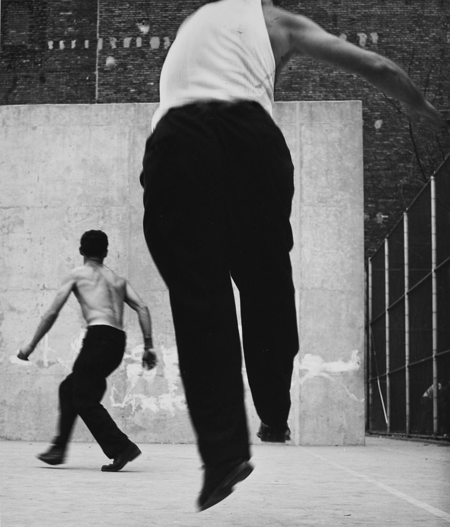 Leon Levinstein. «Handball Players». Houston Street, New York, 1955