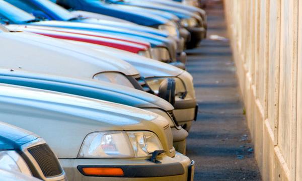 Неизвестные облили кислотой десятки припаркованных машин