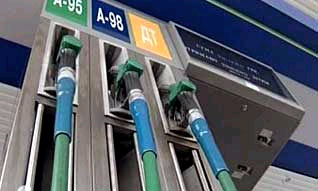 Средняя по России цена бензина достигла 18 рублей за литр