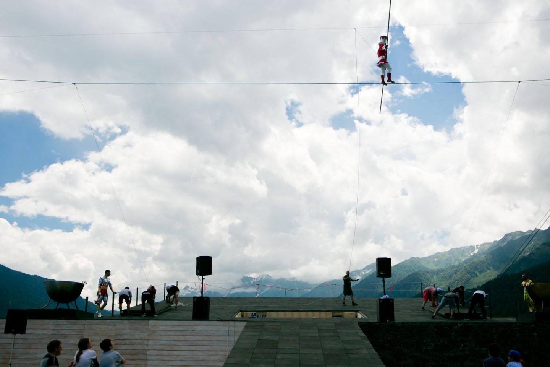 Вместе с «Огненными людьми» в шоу работают знаменитые канатоходцы Валерий и Екатерина Свежовы, обладатели Серебряного Льва на Международном фестивале цирка, лауреаты чемпионата мира среди канатоходцев в Китае.