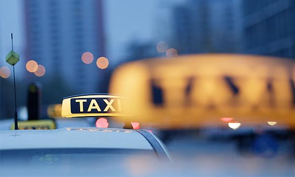 Таксистам разрешат выезжать на выделенную полосу
