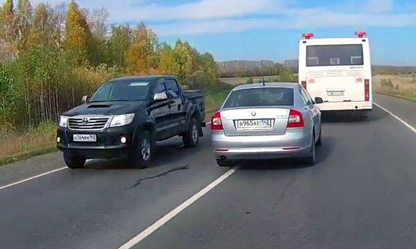 «Шашки» с «воспитателем»: примеры опасного вождения показали на видео