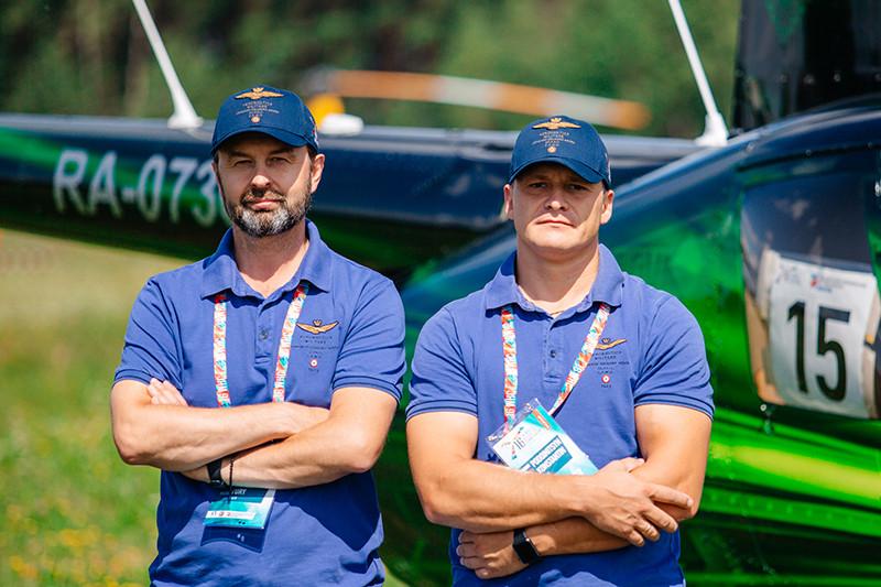 Юрий Яблоков (слева) и Константин Подойницын, оператор экипажа
