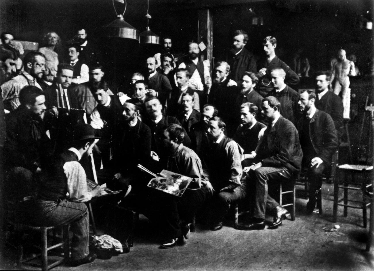 Ателье Фернана Кормона (ок. 1885). С палитрой в руке — Фернан Кормон, в котелке спиной к камере — Анри де Тулуз-Лотрек, в правом верхнем углу — Эмиль Бернар