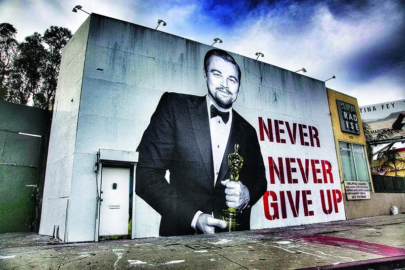 Граффити с надписью «Никогда не сдавайся» в Лос-Анджелесе. Несмотря на расхожее мнение о том, что этому баловню судьбы для полного счастья не хватало лишь «Оскара», для Ди Каприо гораздо важнее то, с чем он выступает на Ассамблее ООН.