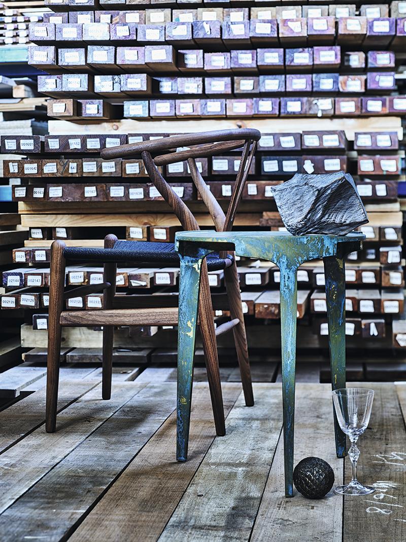 Кресло CH24 | Wishbone chair, Carl Hansen & Søn и стол Hero, Studio Piet Boon (все — салон Krassky) Скульптура, коллекция Василия Пепеляева (booroom gallery) Пресс-папье Southern Day, Yachtline (yachtline.ru) Бокал для красного вина «Моцарт», Moser («Дом Фарфора»)