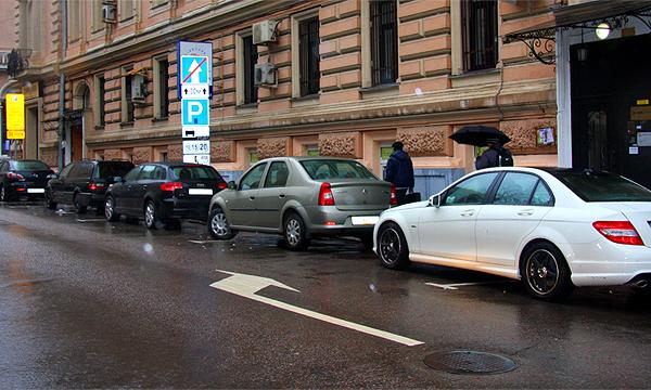 На инвалидов завели уголовные дела за продажу мест на парковке