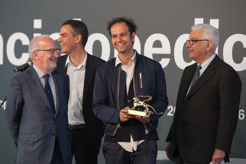 Мэр ВенецииДжорджо Орсони вручает «Золотого льва»Тино Сегалу как лучшему художнику55-й Венецианской биеннале современного искусства (2013)