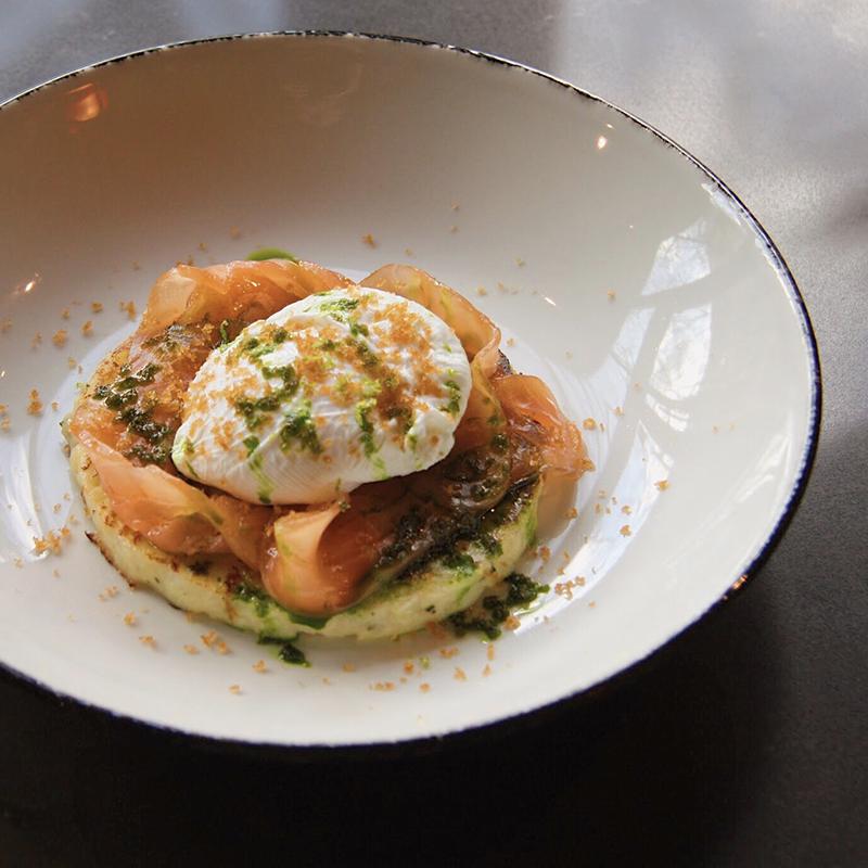 Решти с лососем, яйцом пашот и боттаргой