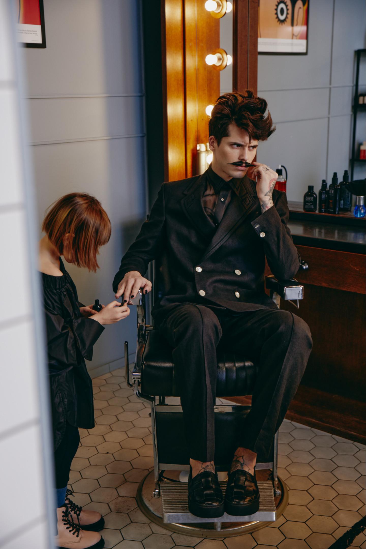На Еве: топ Max Mara (ГУМ) На Артуре: пиджак, сорочка, брюки — все Fendi (бутик Fendi); ботинки Vic Matie (No One)