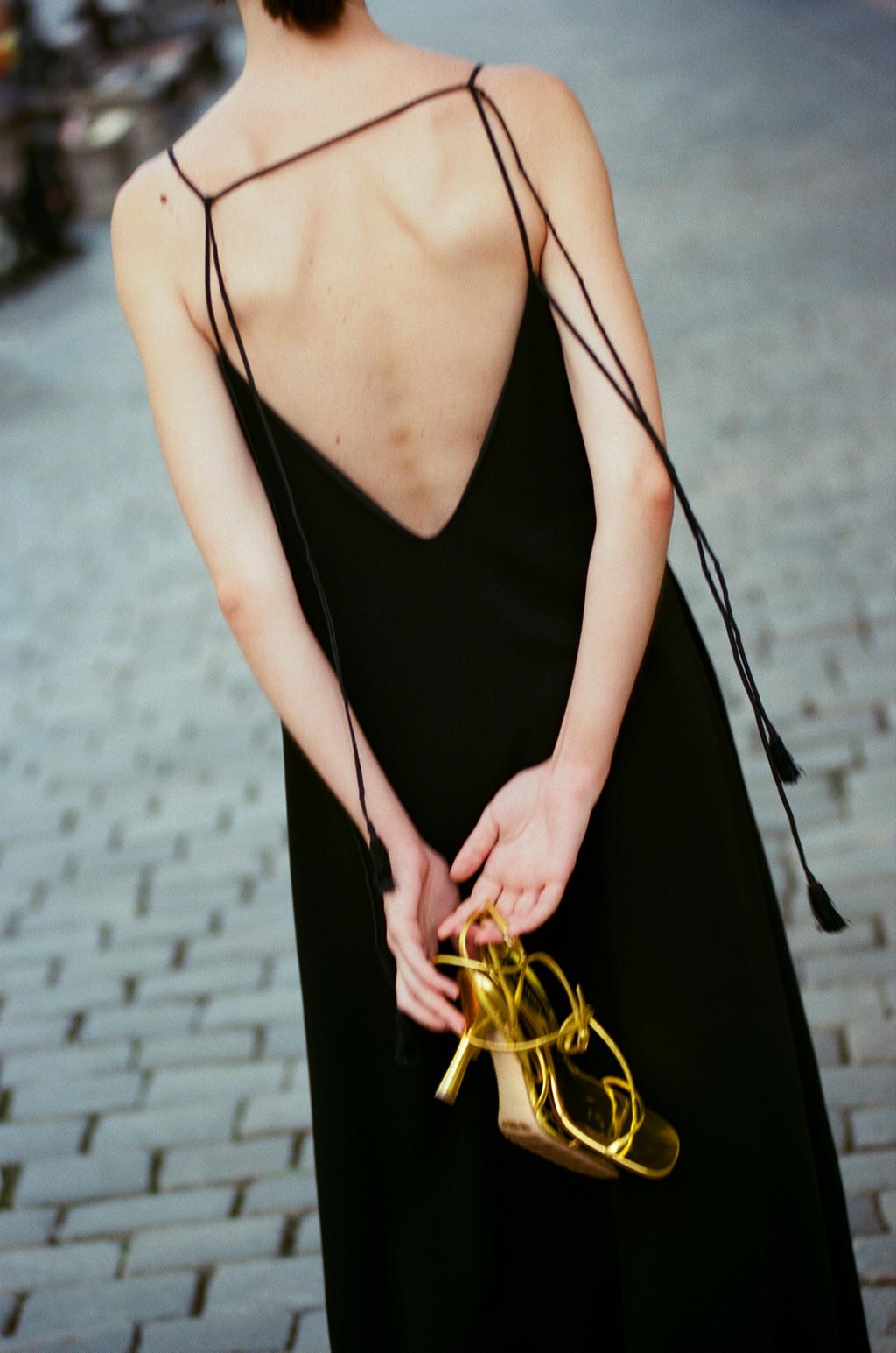 Платье Jil Sander; босоножки Bottega Veneta