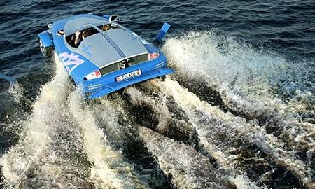 Двое итальянцев пытались доплыть до Венеции на Maserati
