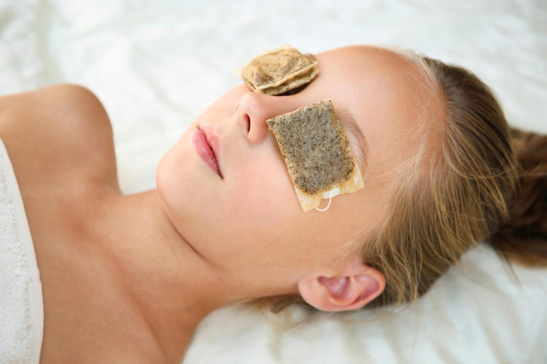 Кофеин и антиоксиданты, содержащиеся в чае, помогают избавиться от «синяков» под глазами