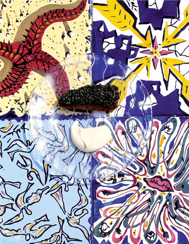 На плитке с рисунками Сальвадора Дали — блюдо из икры и костного мозга