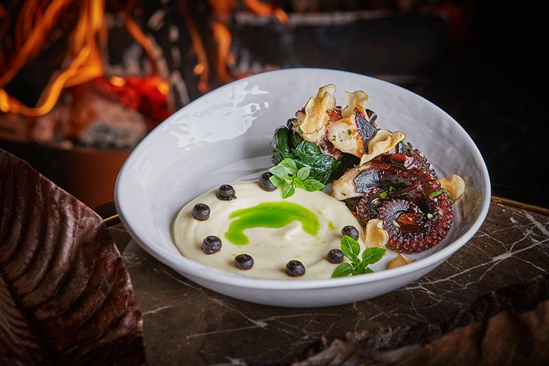 Щупальца осьминога, обжаренные на гриле, с пюре из топинамбура и трюфельным маслом