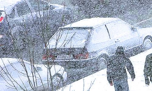 Весенний снегопад парализовал движение в Москве