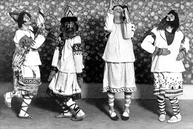 Артисты— учатсники первой постановки балета «Весна священная» Игоря Стравинского в Париже в 1913 году. Автор костюмов Николай Рерих