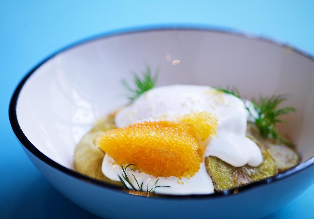 Жареная картошка, сметана, яйцо пашот, икра щуки