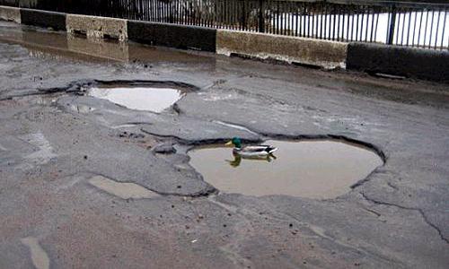 Кладоискатели помогают автолюбителям бороться с ямами на дорогах
