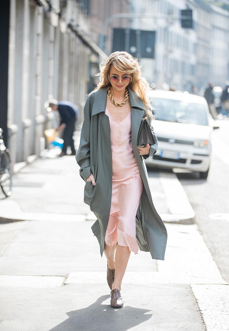 Сочетание платья-комбинации с легким пальто
