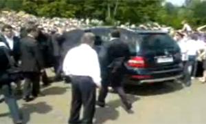Автомобиль Дмитрия Медведева едва не протаранил толпу