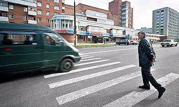 Пешеходные переходы в Москве раскрашивают в красно-белый цвет