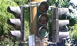 """На неработающий светофор можно пожаловаться по телефону """"горячей линии"""""""