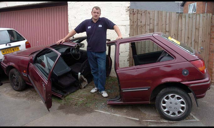 Британец Ян Тейлор распилил свою машину, повздорив с парковщиками