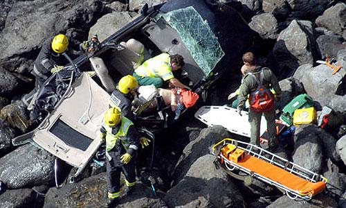 Британец выжил, упав в машине со скалы