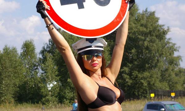 Девушки топлес напомнили водителям о соблюдении скоростного режима