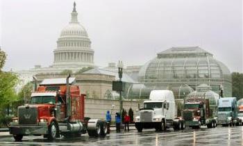 Дальнобойщики США митингуют против роста цен на бензин