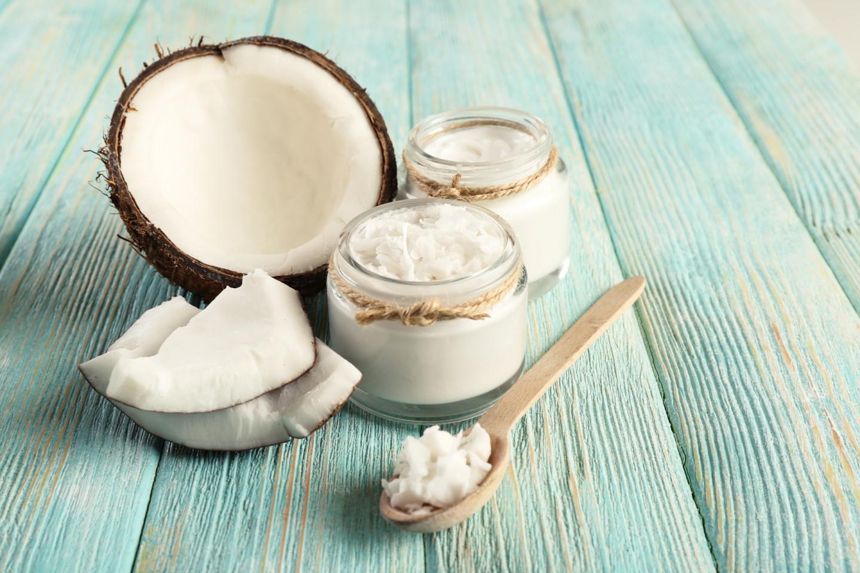 Для борьбы с «синяками» под глазами используйте кокосовое масло холодного отжима