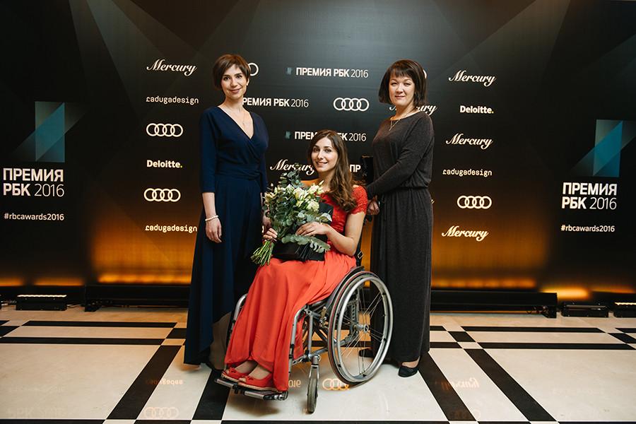 Ольга Лоева (в центре)