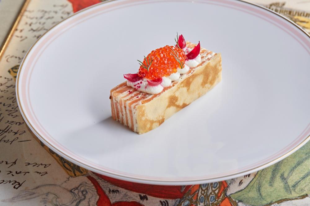 Блинный торт с копченым лососем