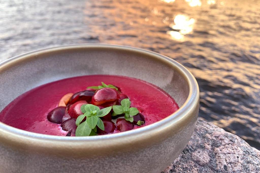 Черешневый суп с татаром из гребешка и страчаттелой