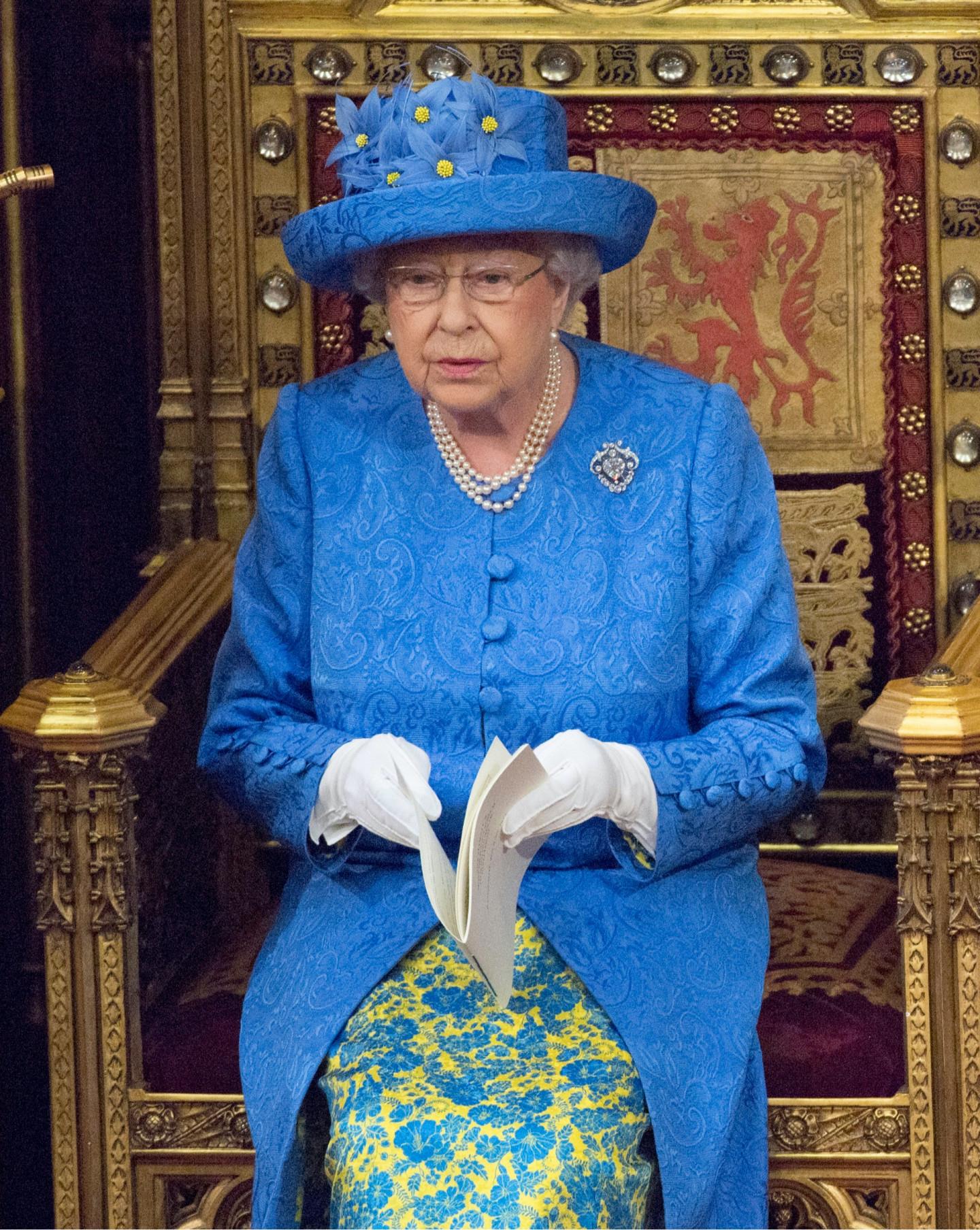 Королева Елизавета II в шляпке, напоминающей флаг ЕС, на открытии сессии Парламента, 2017