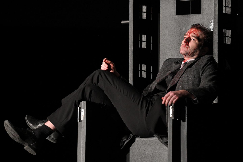 Сцена из спектакля «Сирано де Бержерак». В роли Сирано— Иван Волков, номинант на «Золотую маску»