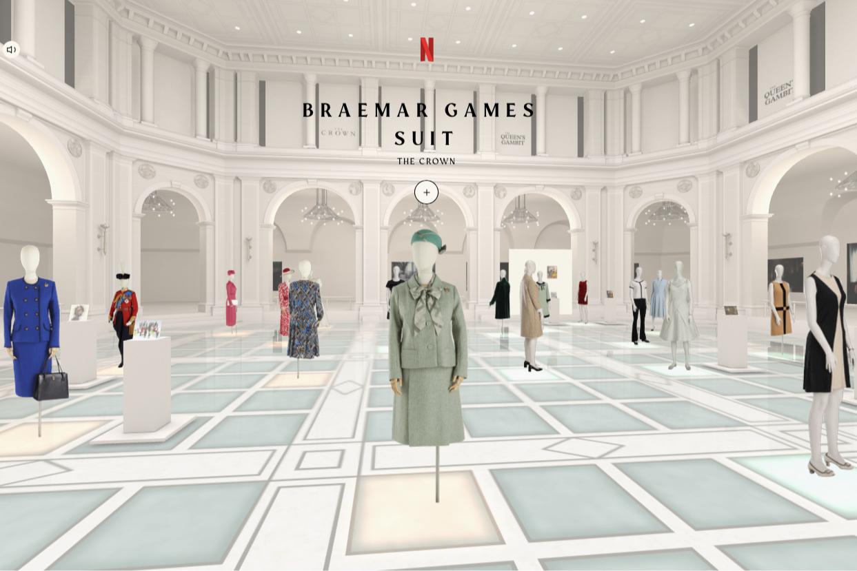 Выставка костюмов из сериалов «Ход королевы» и «Корона», организованная Бруклинским музеем в сотрудничестве с Netflix