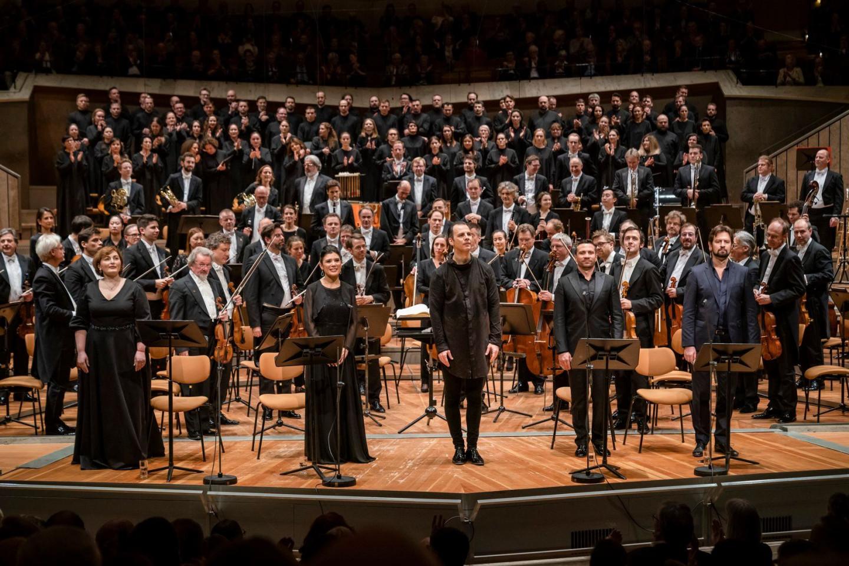 Дирижер Теодор Курентзис, солисты, оркестр Берлинской филармонии и хор MusicAeterna