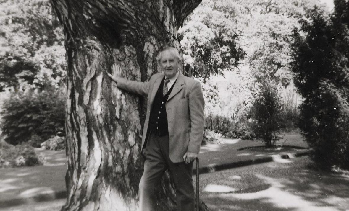 Джон Рональд Толкин в Ботаническом Саду Оксфорда
