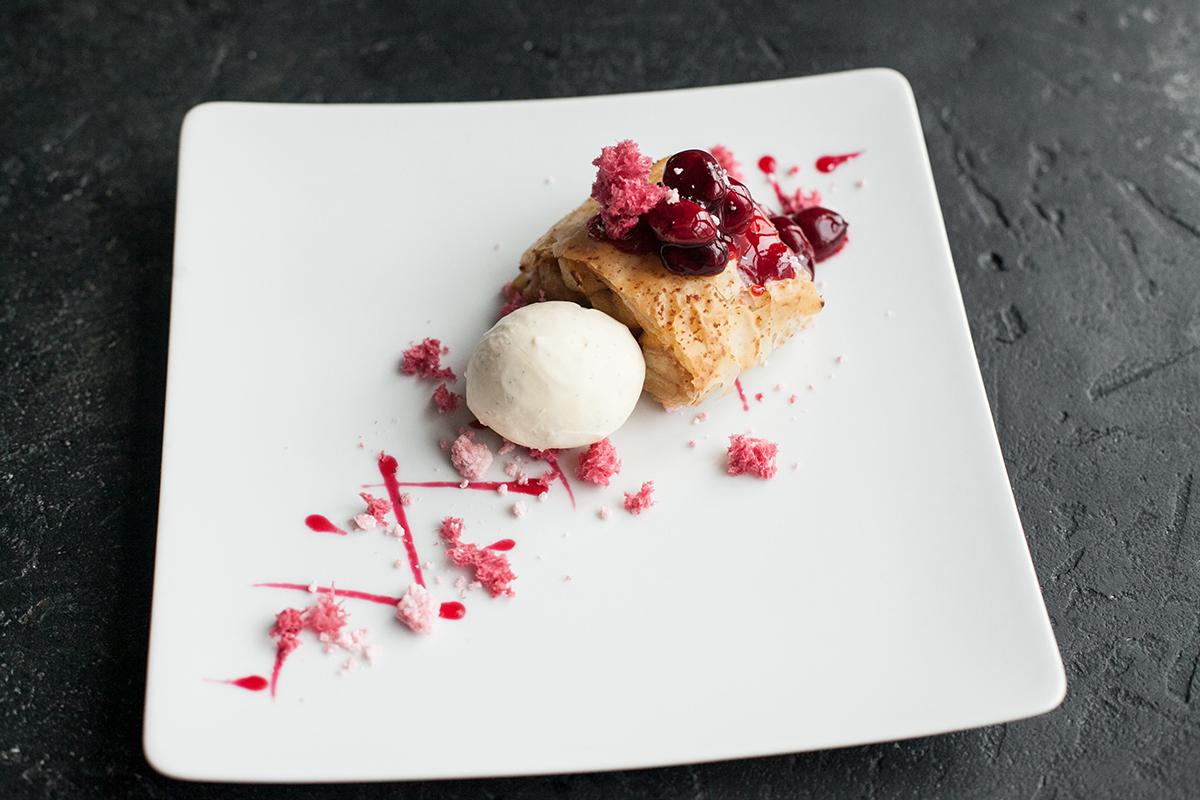Десерт — Штрудель яблочный с ванильным мороженым