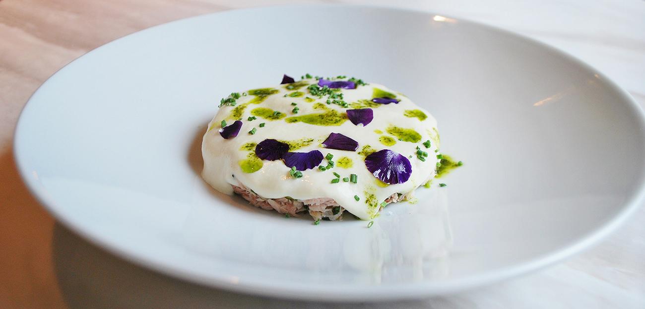 Копченый толстолобик, малосольный огурец, картофель (ресторан A Tavola)