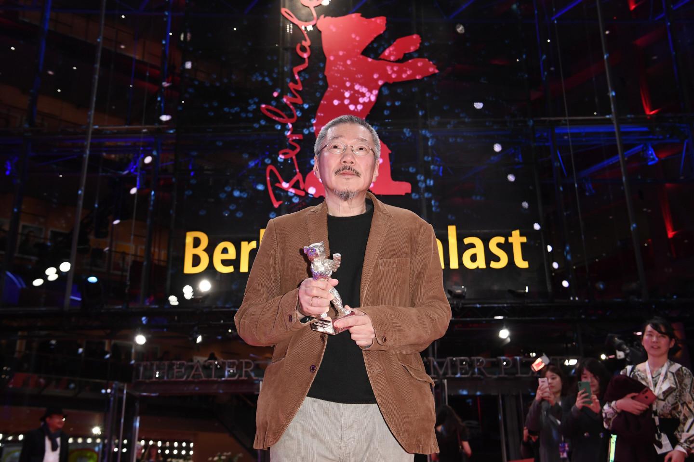 Режиссер Хон Сан Су с «Серебряным медведем» за режиссуру фильма «Женщина, которая убежала» но 70-м Берлинском кинофестивале