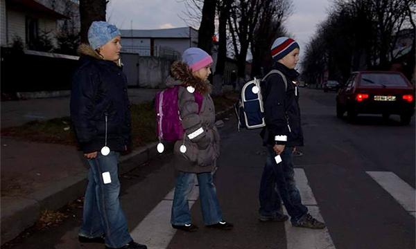 Московским школьникам начнут раздавать светоотражающие значки и браслеты