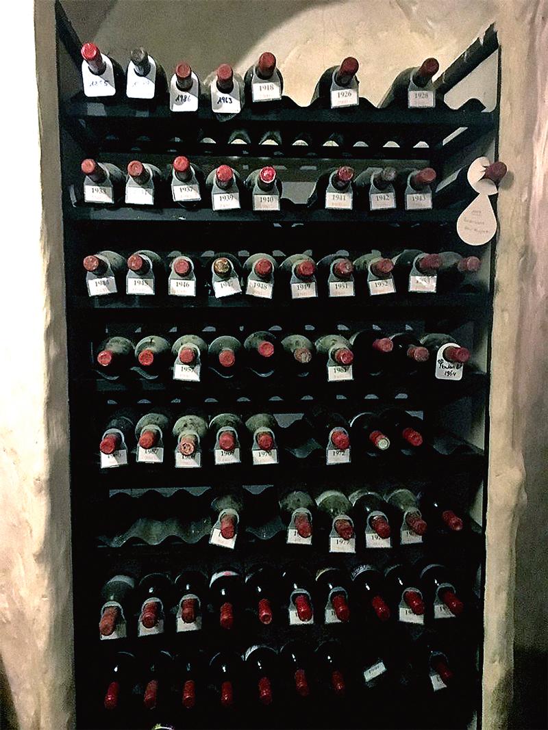 Крайняя слева на верхней полке бутылка — Château Mouton-Rothschild 1895 года. Пить наверняка уже нельзя, вино давно превратилось в уксус. В Cave Waldhaus вы можете купить магнум Château Mouton-Rothschild за 65 тыс. швейцарских франков и распить его с товарищами тут же, в подвале, за столиком в темном углу.