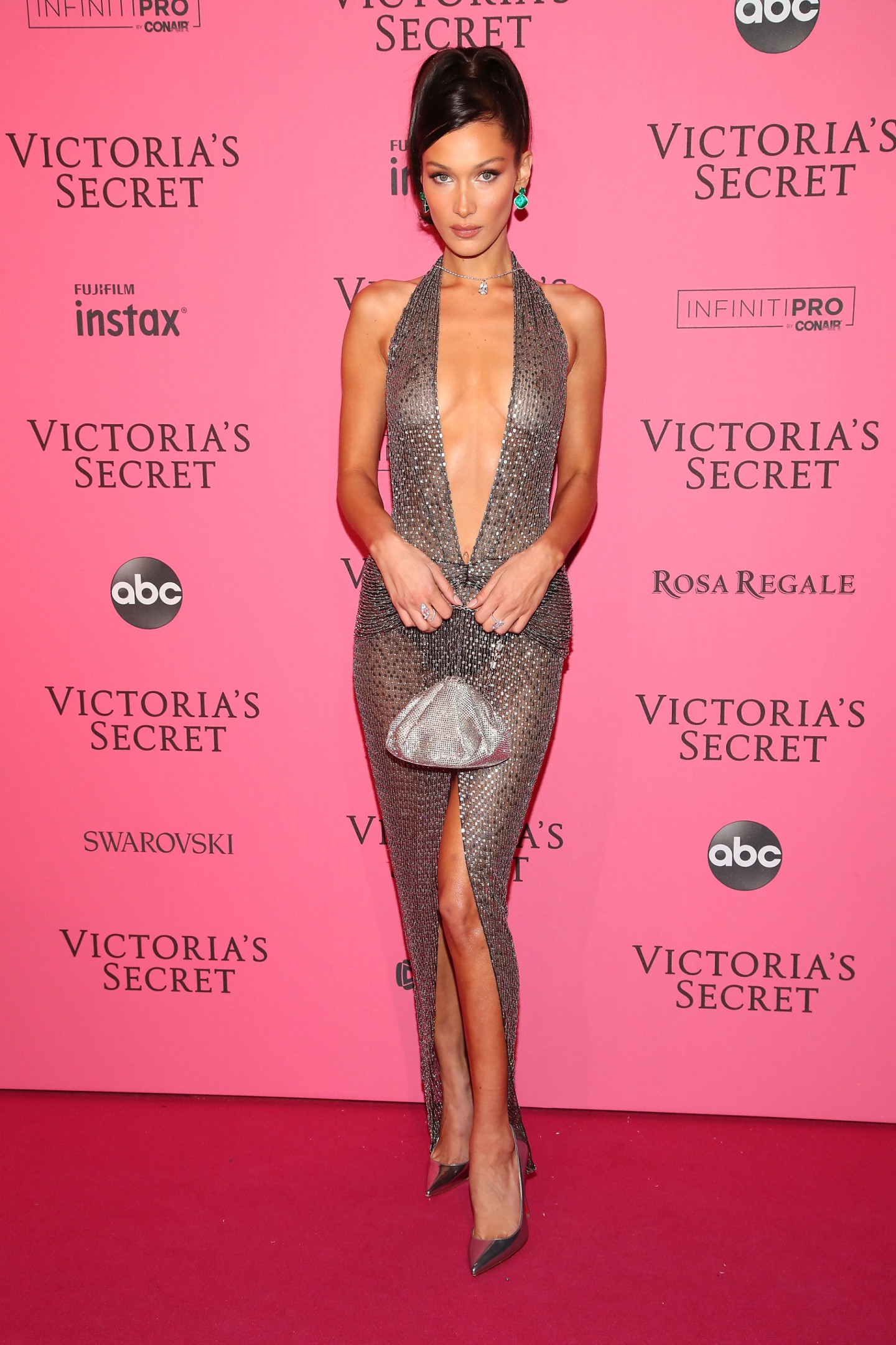Белла Хадид в платье Julien Macdonald на афтепати показа Victoria's Secret, 2018