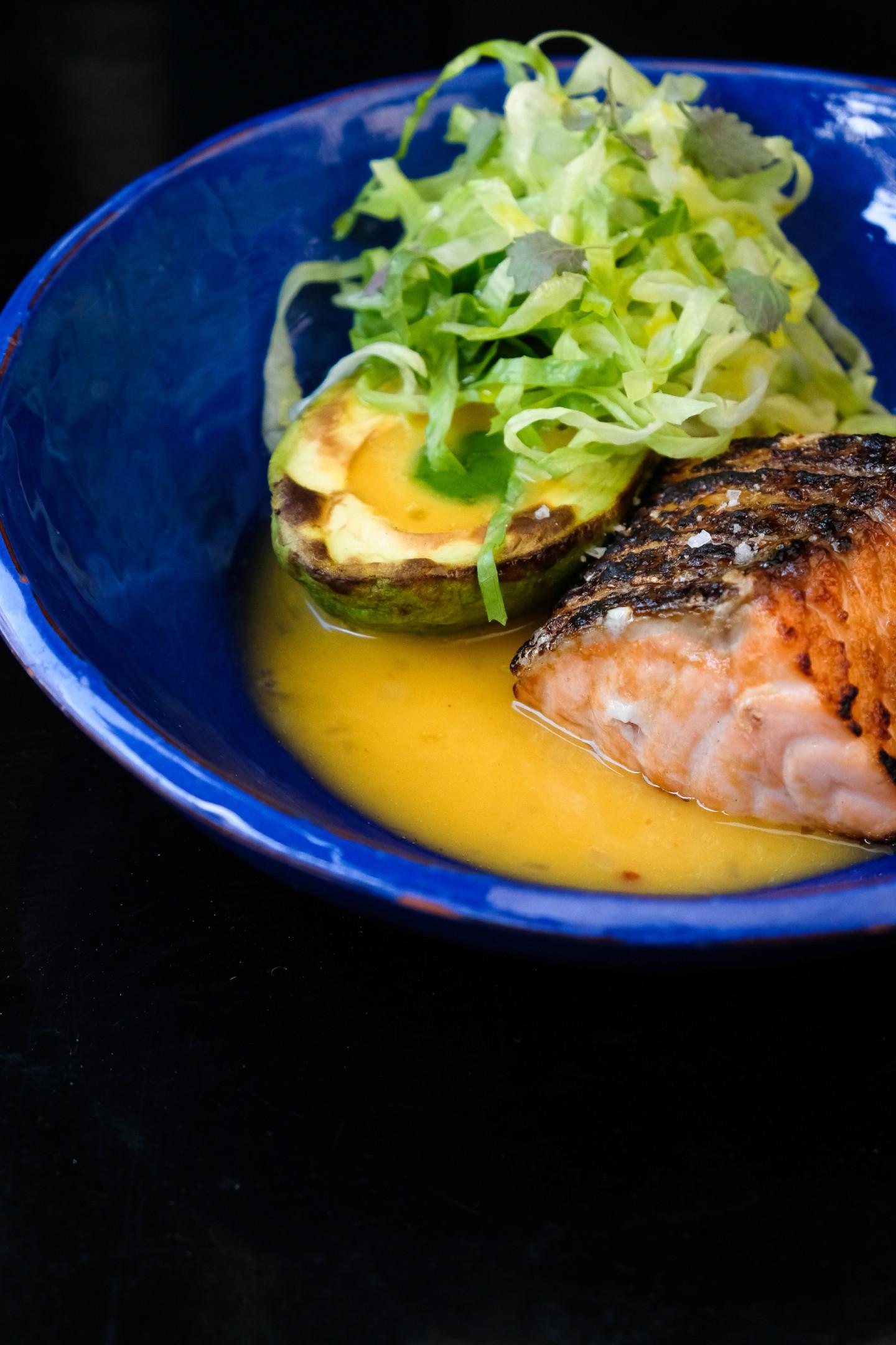 Обжаренный на гриле лосось с авокадо